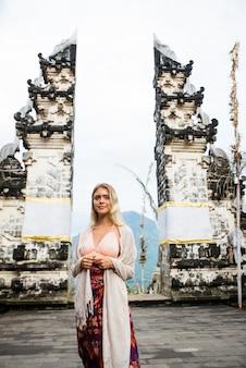 Frau am pura lempuyang tempel in bali