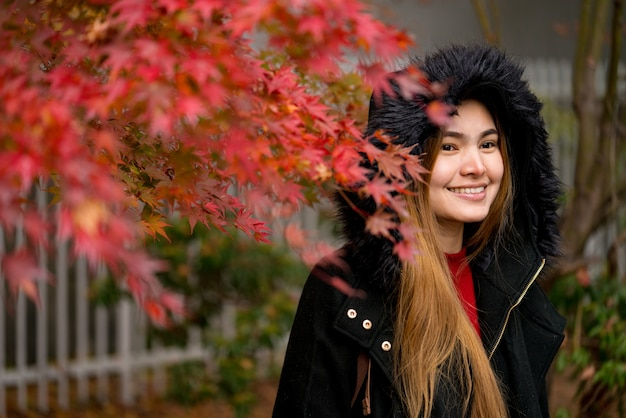 Frau am rotahornbaum, japan-herbstsaison.