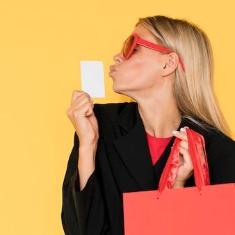 Frau am schwarzen freitag-verkauf, der geste küsst