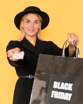 Frau am schwarzen freitag-verkauf, der modekleidung trägt