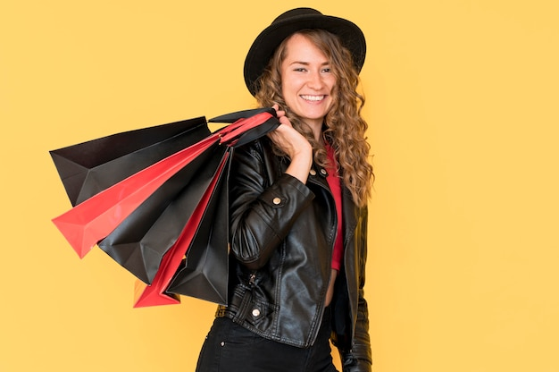 Frau am schwarzen freitag-verkauf, der viele einkaufstaschen hält