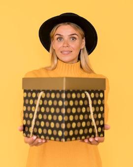 Frau am schwarzen freitag verkauf geschenkbox