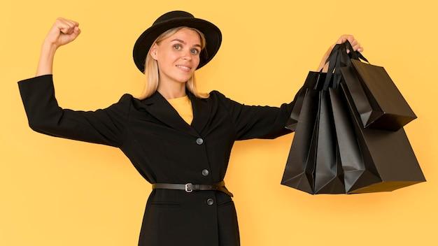 Frau am schwarzen freitag-verkauf mittlerer schuss