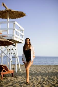 Frau am strand entspannen