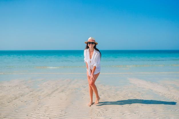 Frau am strand genießt sommerferien