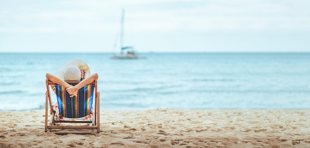 Frau am strand im sommer
