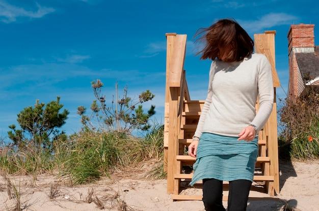 Frau am strand in den hamptons