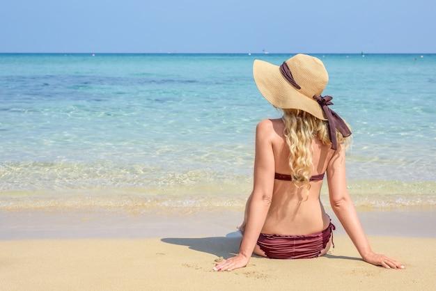 Frau am strand in zypern