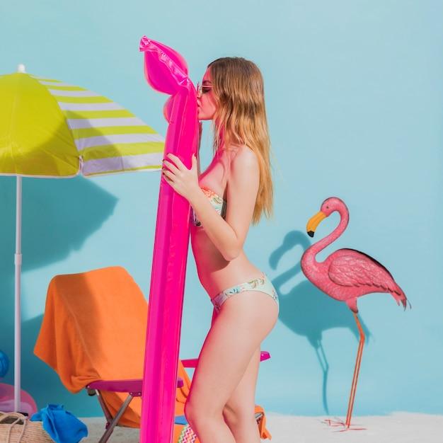 Frau am strand mit luftmatratze