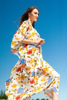 Frau am strand mit sarong-tunika und pareo-bademode