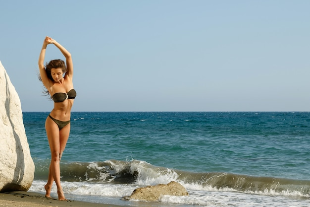 Frau am strand neben weißen klippen