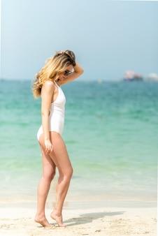 Frau am strand von dubai