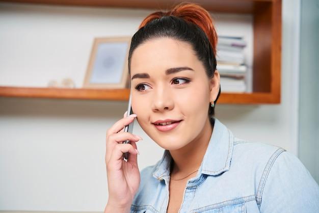 Frau am telefon sprechen