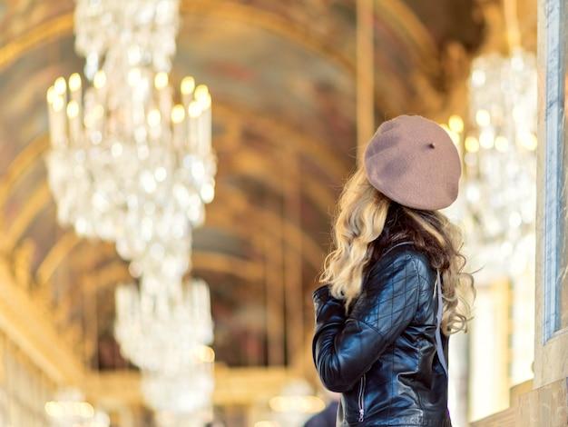 Frau am versailles-palast in frankreich
