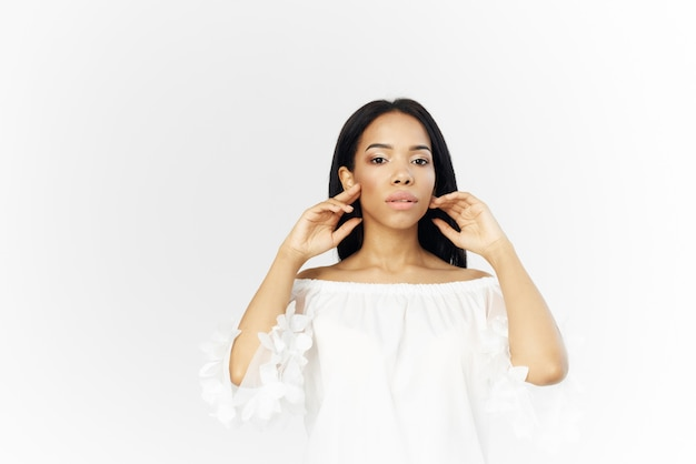 Frau amerikanisches aussehen frisur kosmetik heller hintergrund