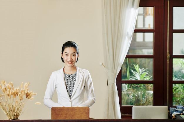 Frau an der hotelrezeption