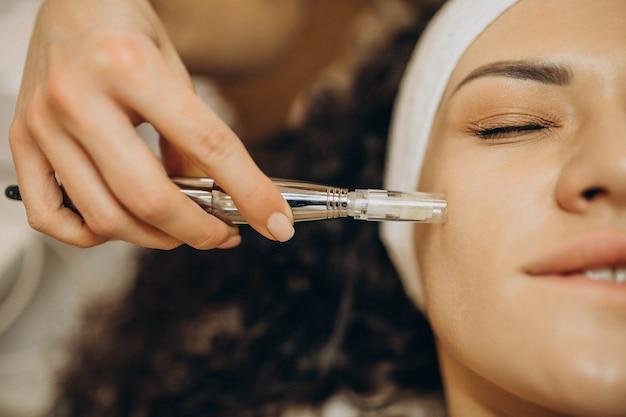 Frau an der kosmetikerin, die schönheitsverfahren macht