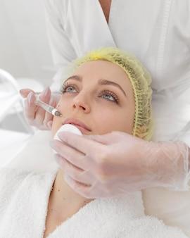Frau an der schönheitsklinik für füllstoffbehandlung