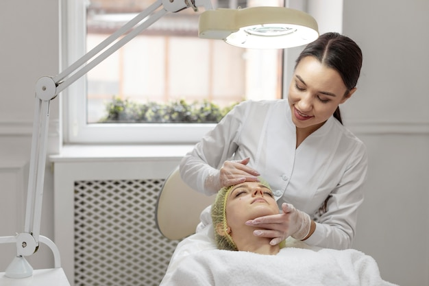 Frau an der schönheitsklinik für gesichtsbehandlung