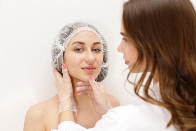 Frau an einem empfang bei einer kosmetikerin auf einem weißen hintergrund