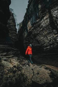 Frau an einem felsigen ufer bei spar cave auf der isle of skye in schottland