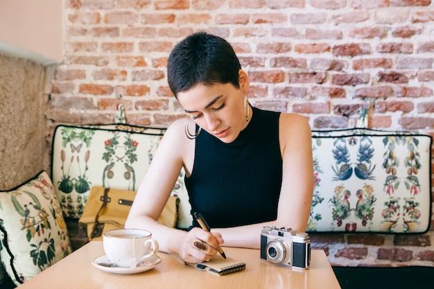 Frau an einem kaffeehaus, das tee trinkt