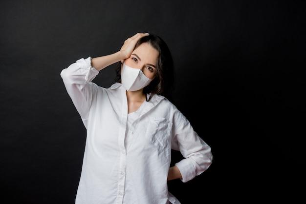 Frau angst vor einer erkältung, erwachsener mit staubmaske, pm 2,5 staub
