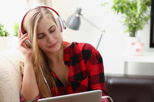 Frau arbeit am laptop hören musik kopfhörer