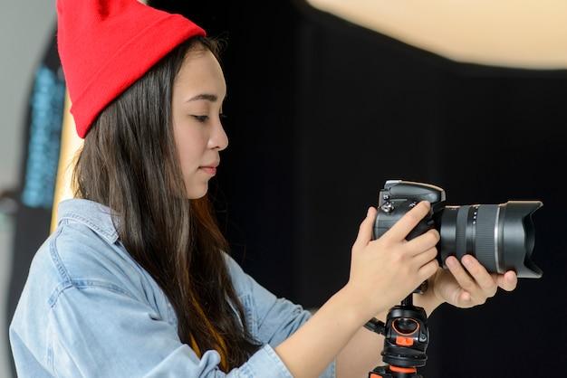 Frau arbeitet als fotografin