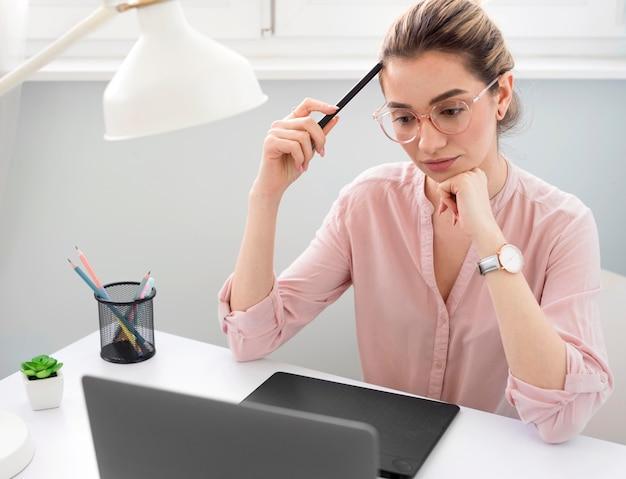 Frau arbeitet als freiberuflerin