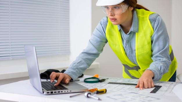 Frau arbeitet als ingenieur