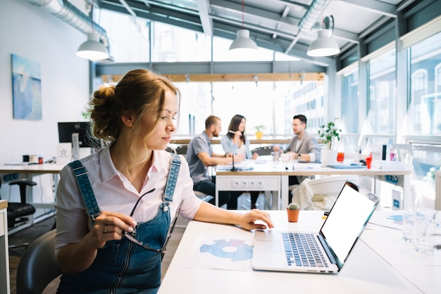 Frau arbeitet am laptop im büro