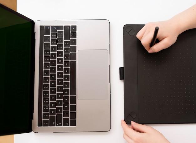Frau arbeitet am laptop von zu hause aus