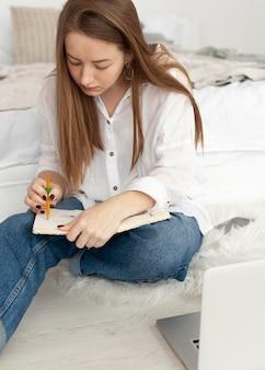Frau arbeitet an einem neuen blog