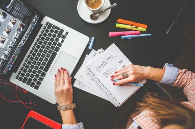 Frau arbeitet an ihrem schreibtisch