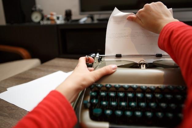 Frau arbeitet an schreibmaschine