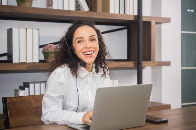 Frau arbeitet callcenter im internet zu hause