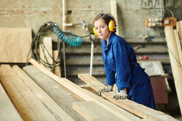 Frau arbeitet in der manufaktur