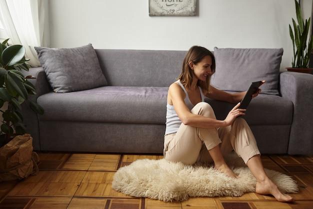 Frau arbeitet in einem gemütlichen heimbüro