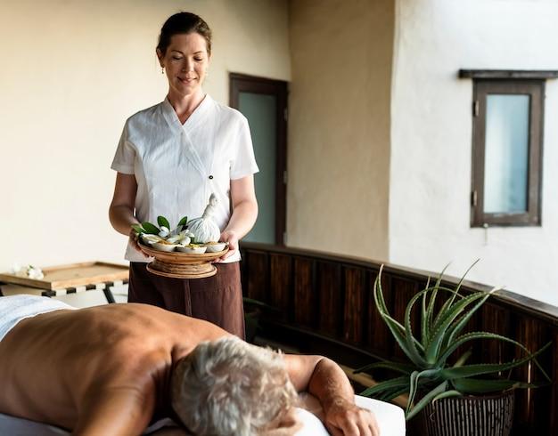 Frau arbeitet in einem spa