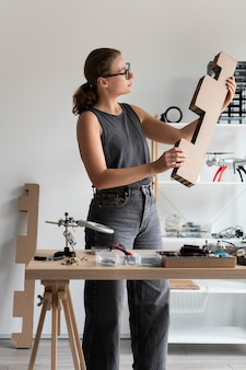 Frau arbeitet in ihrer werkstatt für eine kreative erfindung