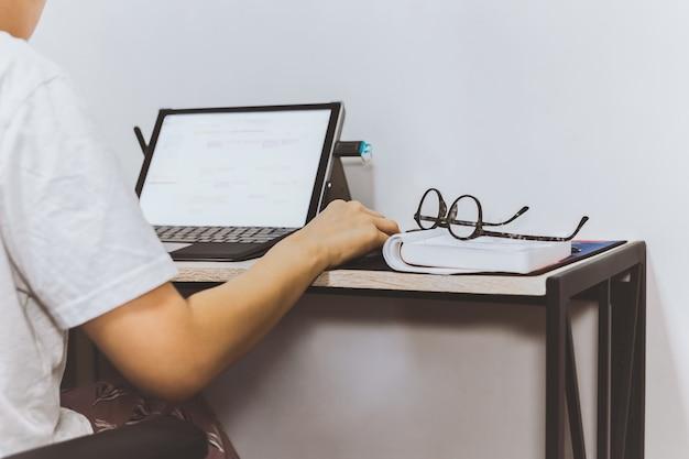 Frau arbeitet laptop mit brille auf notebook zu hause