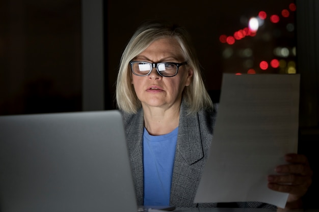 Frau arbeitet spät im büro