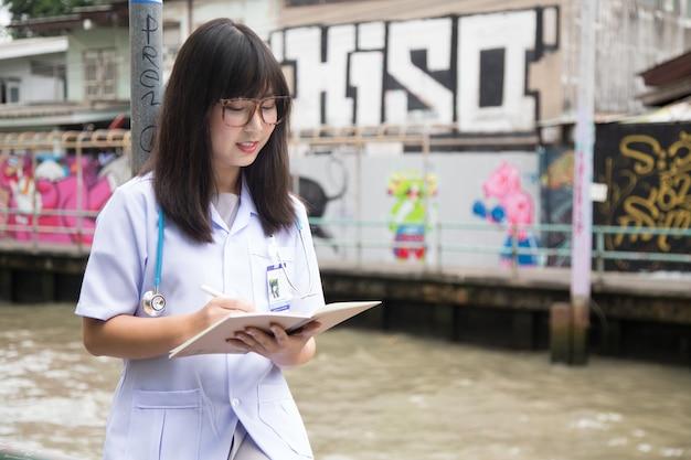 Frau asian doctor white shirt anzug mit stethoskop im freien krankenhaus