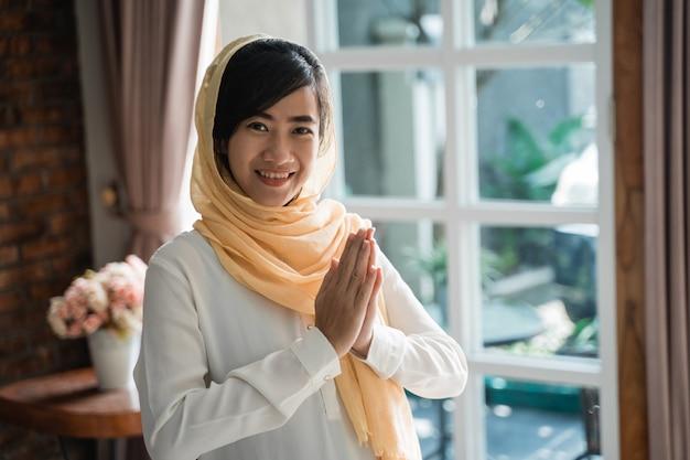 Frau asiatischen islam geste des willkommens