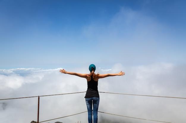 Frau auf dem berggipfel