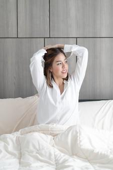 Frau auf dem bett aufwachen