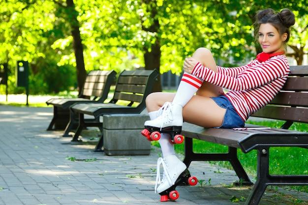 Frau auf dem rollschuh im park