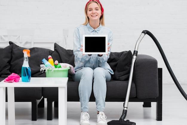 Frau auf der couch, die tablette hält