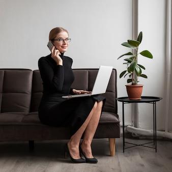 Frau auf der couch sprechend am telefon